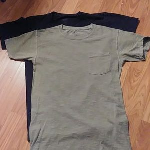 2 mens Hanes pocket shirts small petite.
